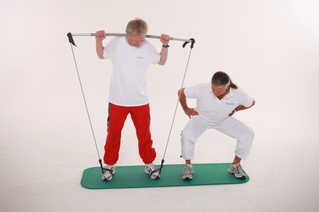 Anleitung zum korrekten Übungsablauf, hier Kniebeuge mit dem Gymstick